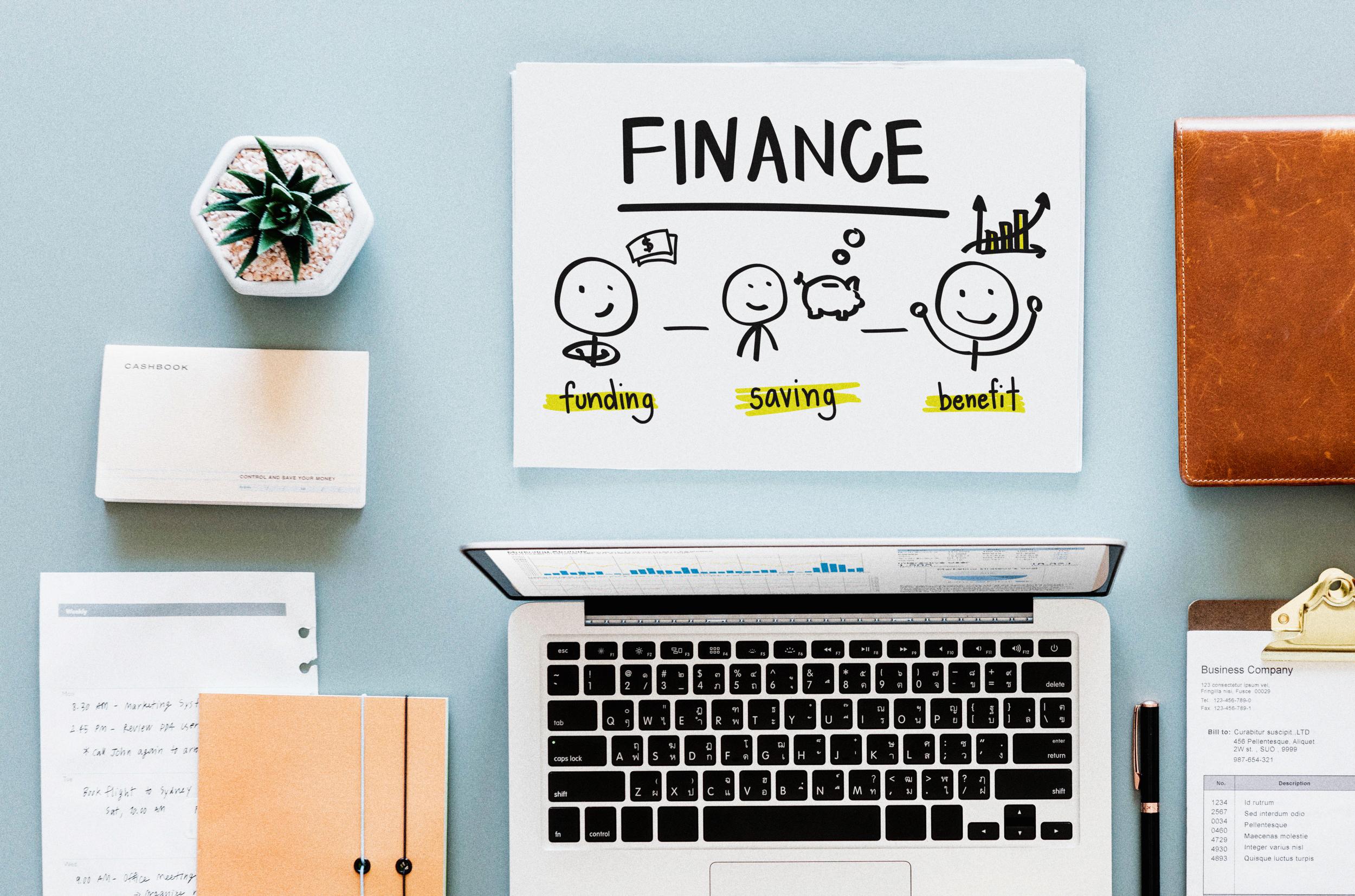 laptop auf Tisch und Finanzstrategie als Grafik