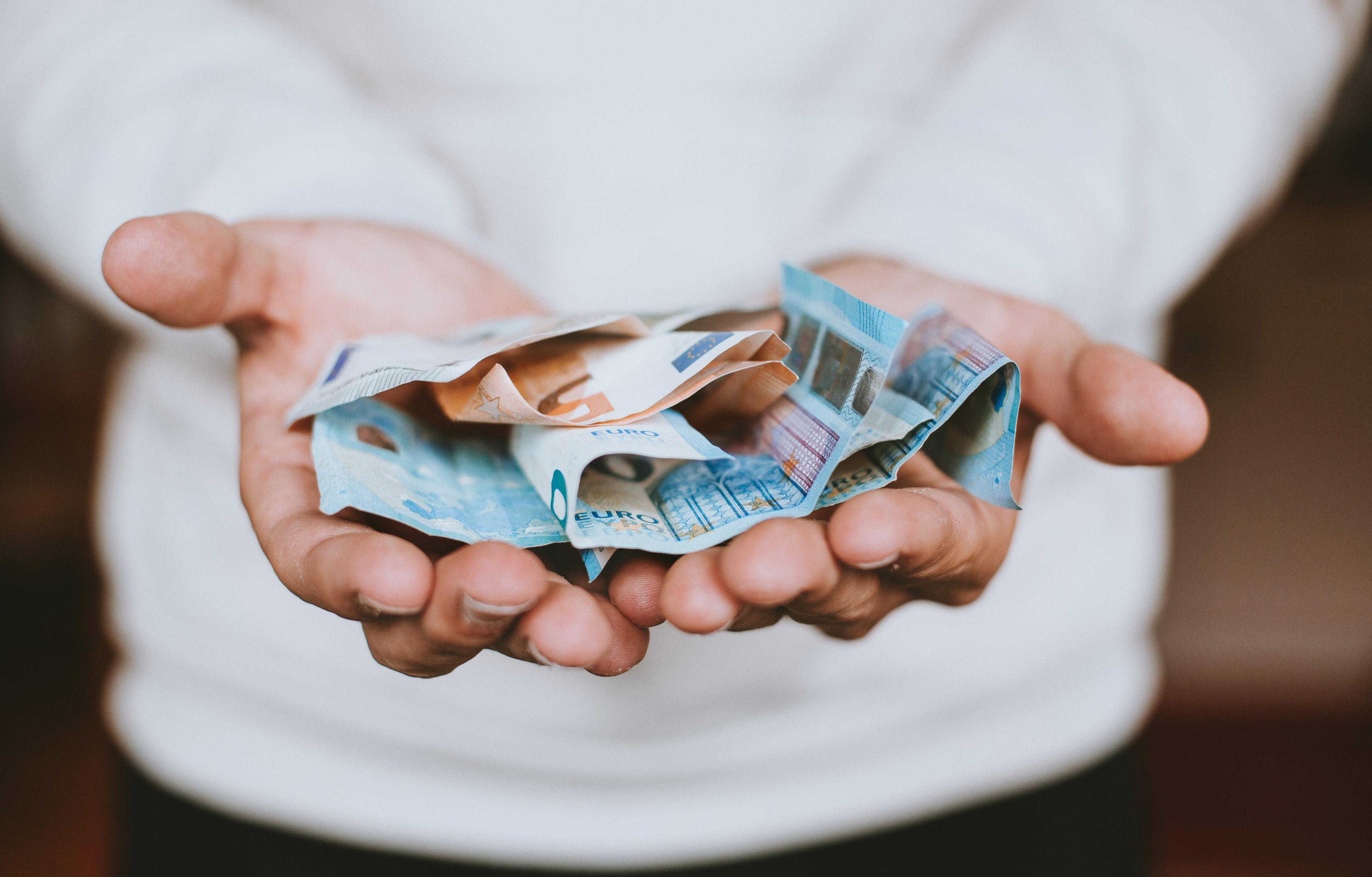mann hat geld in händen