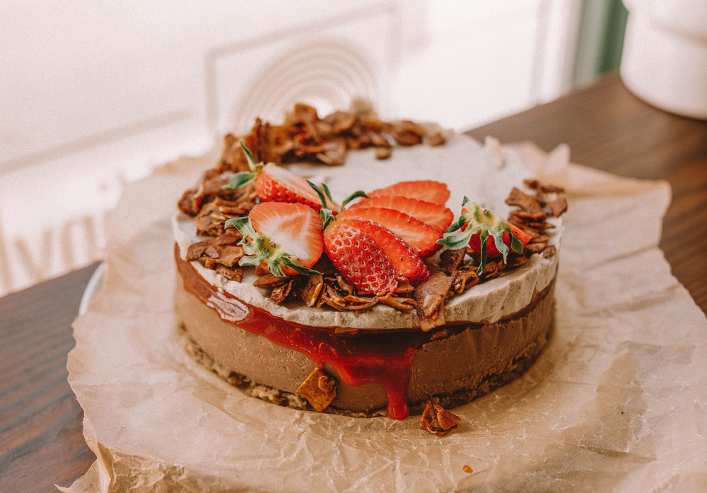 Vanilla Choc Cheesecake serviert mit frischen Erdbeeren