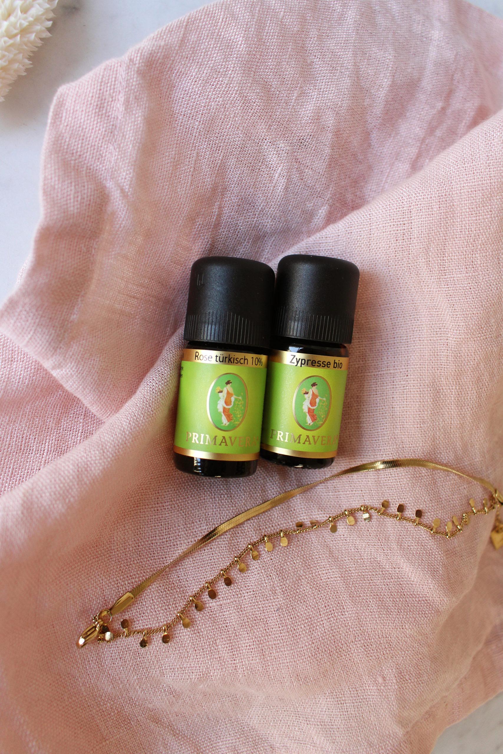 Rose und Zypresse